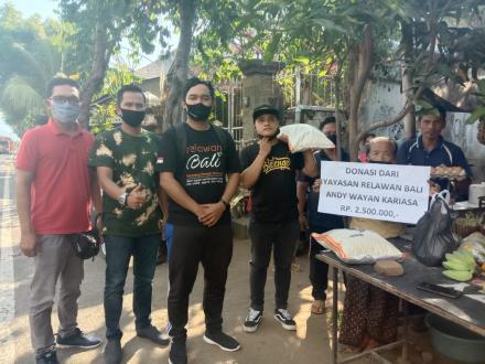 Donasi Relawan Bali kepada Ninik Mangku Nyoman Tastri, Yang Daganganya Di Bayar Dengan Uang Mainan