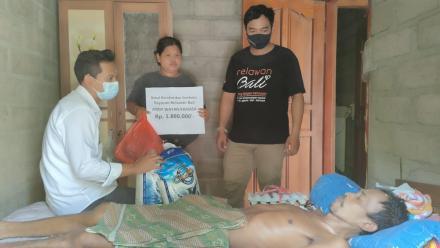 Relawan Bali Andy Karyasa Wayan Berikan Uluran Kasih Kepada Komang Darmika Penderita Disabilitas